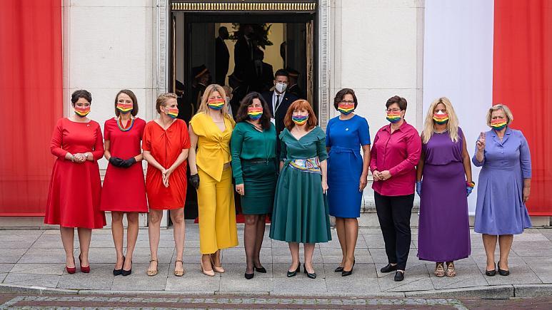Polonia: i deputati indossano i colori dell'arcobaleno durante il giuramento di Duda
